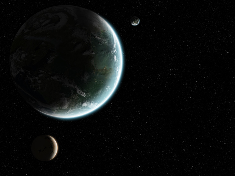 Một số nhà khoa học tin rằng, hành tinh của chúng ta có tồn tại vệ tinh thứ hai. Theo nghiên cứu, ngoài Mặt Trăng còn có một vật thể khác quay xung quanh Trái Đất. Tuy nhiên, đây có thể chỉ là vệ tinh tạm thời. Người ta tin rằng, lực hấp dẫn của Trái Đất đôi khi thu hút các tiểu hành tinh khá lớn và chúng tiếp tục bị Trái Đất hấp dẫn trong một thời gian (khoảng 3 vòng quay) trước khi lang thang trong vũ trụ bao la.
