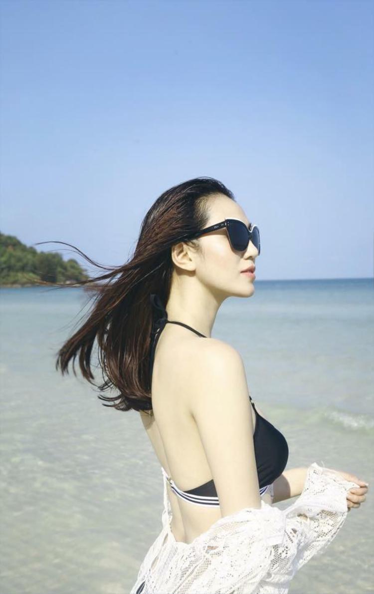 Dù có gout thời trang biến hóa nhưng khi đi biển, Khánh My lại chỉ trung thành với một vài màu sắc cơ bản để làm nổi bật làn da trắng muốt của mình.