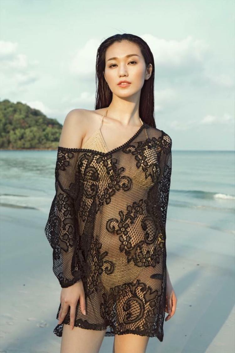 Khoác hờ chiếc áo lưới, Khánh My càng trở nên sexy hơn với bộ bikini dây móc đang cực hot.