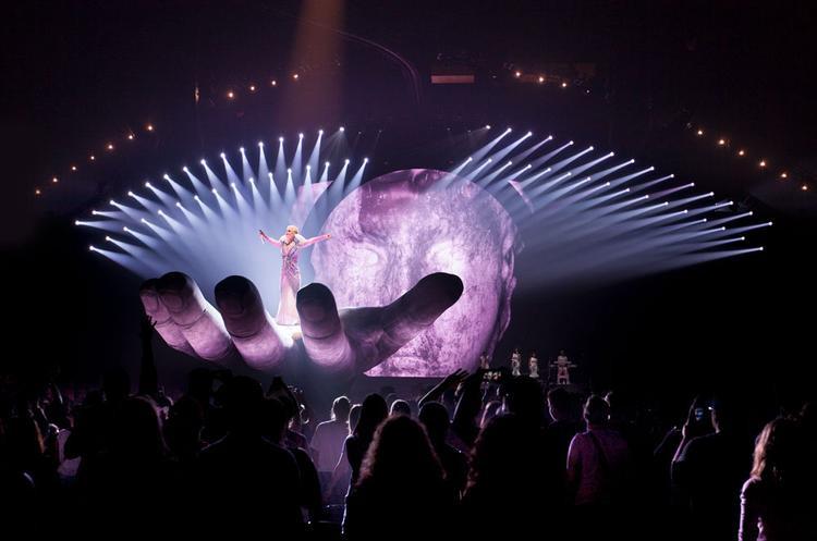 Thì nữ ca sĩ Firework chọn hình tượng con mắt làm ý tưởng chủ đạo.