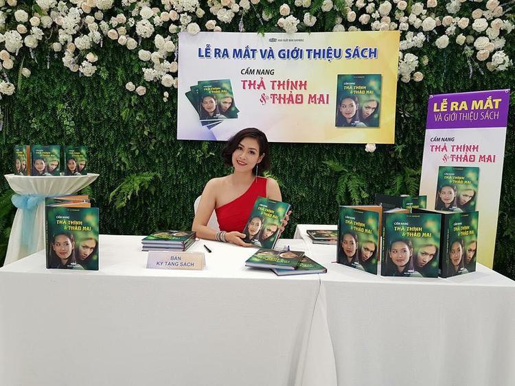Hà Hương khoe hình ảnh trong buổi ra mắt sách