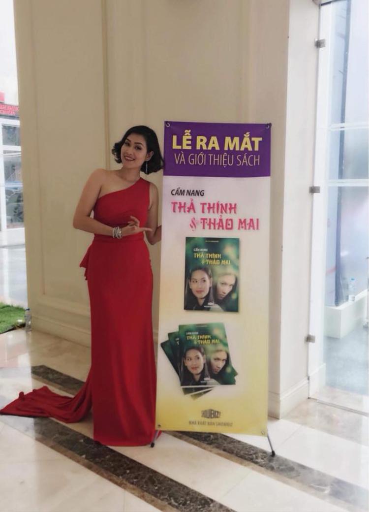 Nữ diễn viên diện đầm đỏ nổi bật và quyến rũ.