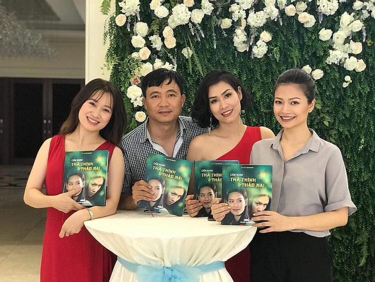 """Phải chăng cả dàn diễn viên """"Phía trước là bầu trời"""" cùng đạo diễn Thanh Hải đến chúc mừng chị Nguyệt?"""