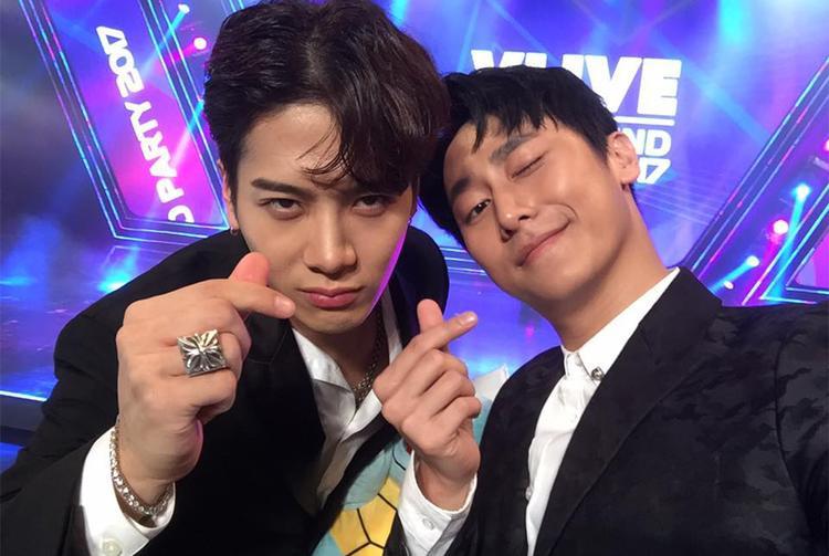 Rocker Nguyễn quá là chàng trai nhanh nhẹn bởi thời gian thì ít ỏi nhưng vẫn chụp được 3 tấm hình selfie cùng Jackson.