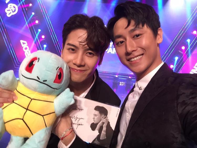 Clip: Rocker Nguyễn cũng bẽn lẽn tặng quà cho Jackson (GOT7) như fanboy