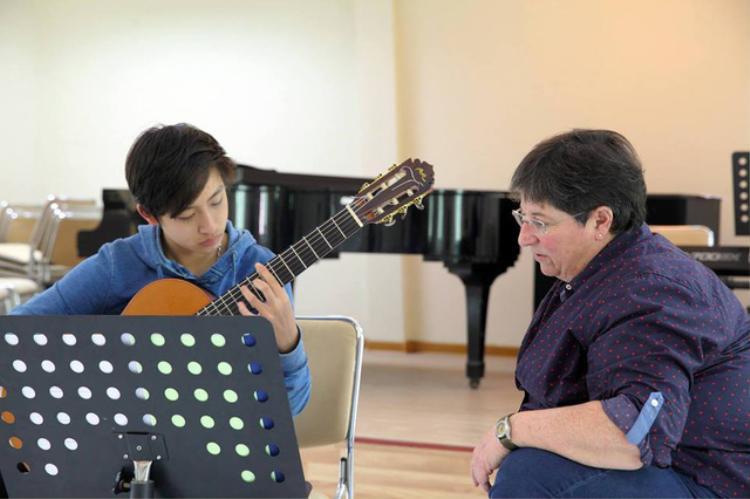 Theo đuổi guitar từ năm 8 tuổi, Ngô Hoàng Long trở thành tài năng trẻ có sức lao động nghệ thuật đáng nể.