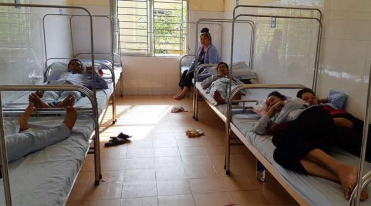 Các nạn nhân bị ngộ độc nằm điều trị tại Bệnh viện Đa khoa Huyện Sông Mã - Sơn La. Ảnh: Thanh Loan