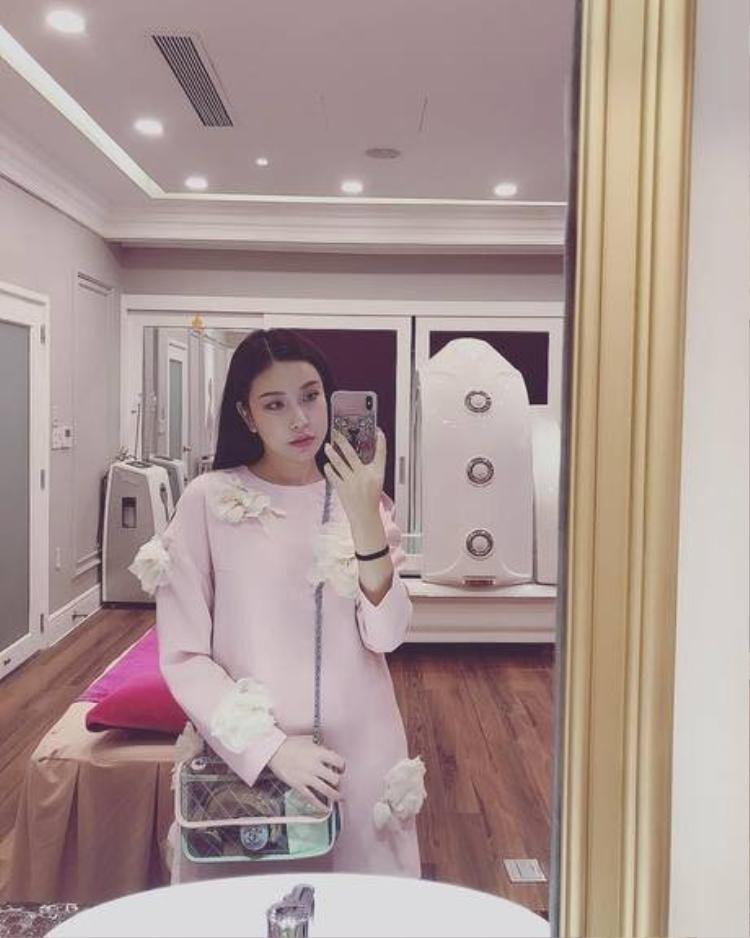 Không thua chị kém em, hoa hậu Lam Cúc cũng tậu cho mình một chiếc túi đeo chéo bé xinh của thương hiệu nước Pháp.