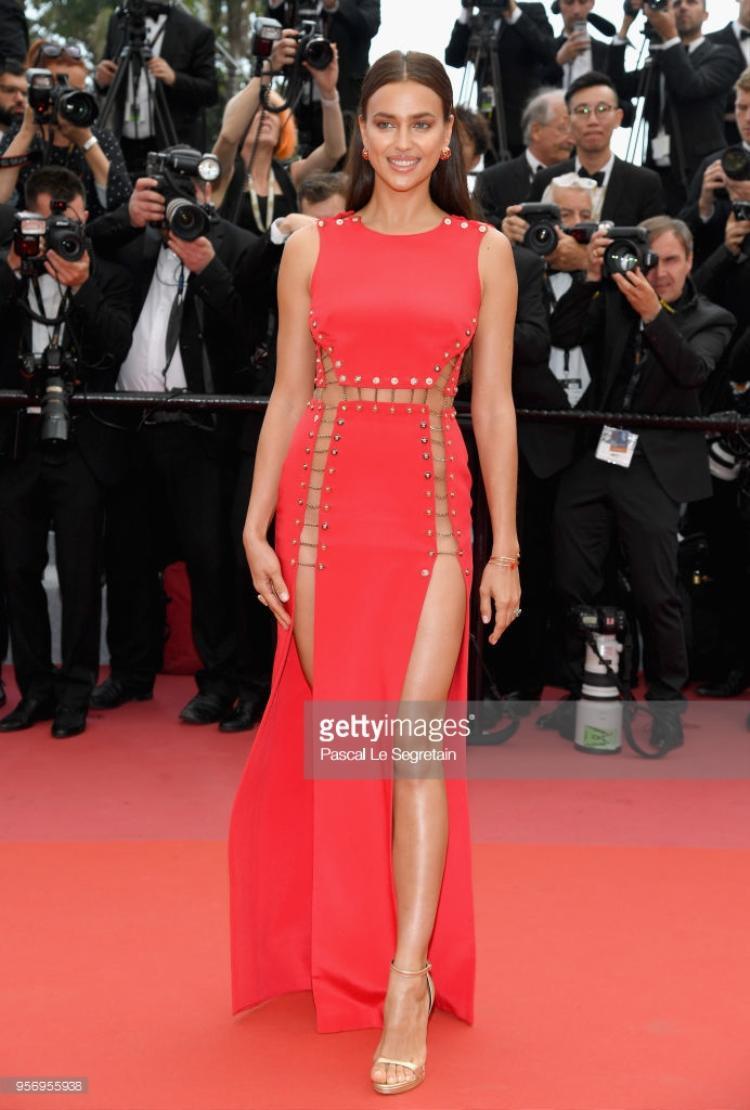 Người mẫu Irina Shayk trong bộ váy đỏ hở chân táo bạo.
