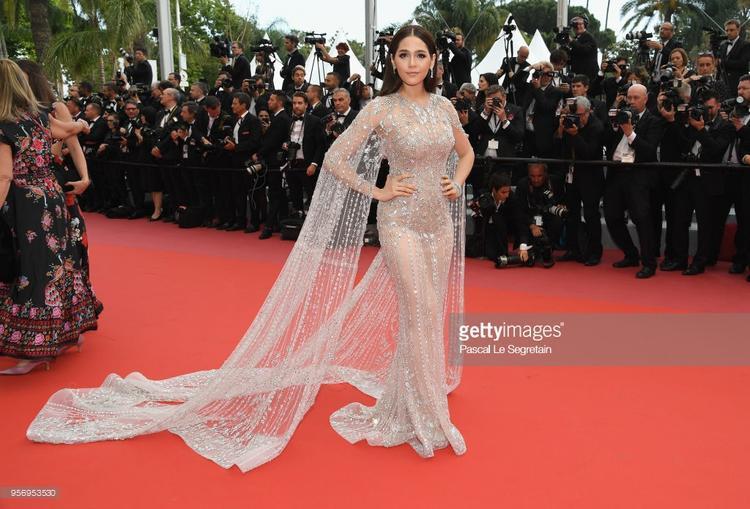Chompoo Araya  Hà Tuệ diện váy cầu kỳ, nữ chính Bad Genius già trước tuổi ở Cannes 2018 ngày thứ 3