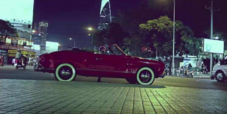 """Một chi tiết khá thú vị trong MV """"Buông đôi tay nhau ra"""" là Sơn Tùng không trực tiếp cầm lái chiếc xe này. Nó được trở trên một chiếc xe tải để tạo hiệu ứng di chuyển còn nam ca sỹ Sơn Tùng chỉ việc… diễn."""