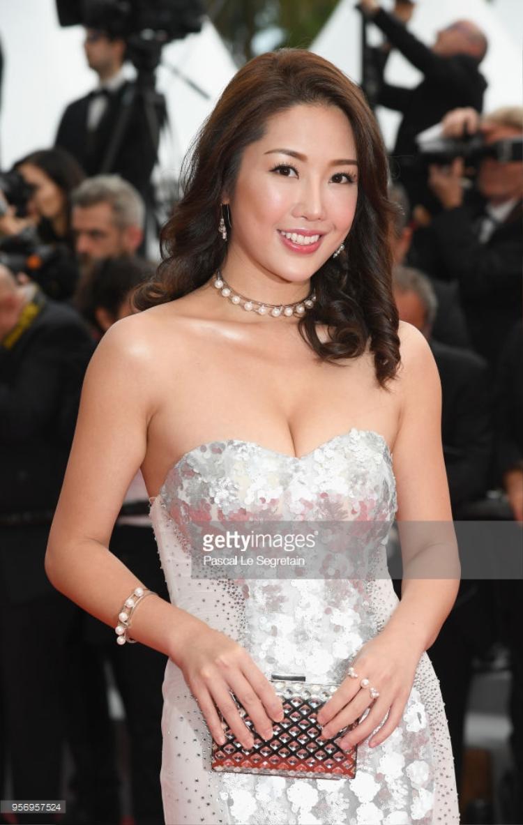 """Anita Chui khoe vòng một """"nở nang""""."""