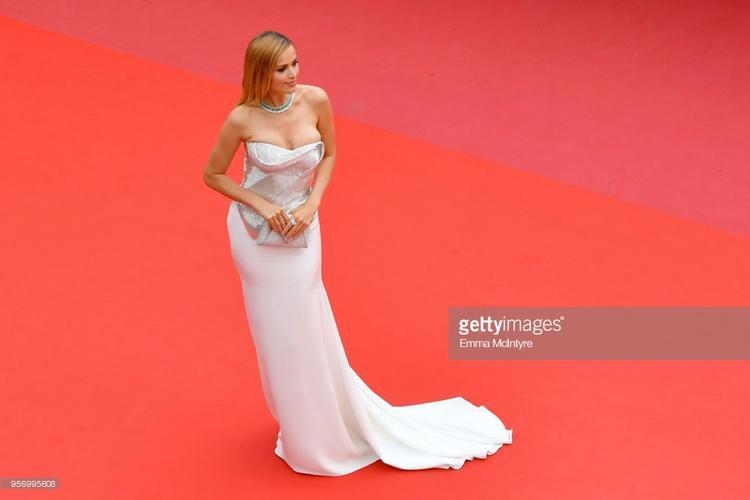 Bộ váy mà Petra Nemcova đang mặc như muốn tụt ra khỏi người.