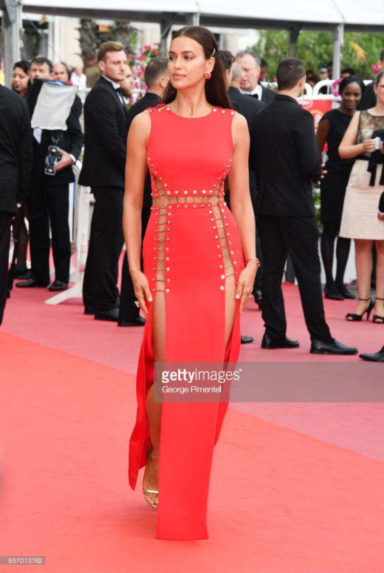 Irina Shayk diện bộ váy đỏ rực, chắc hẳn không cần bất cứ đường may nào.