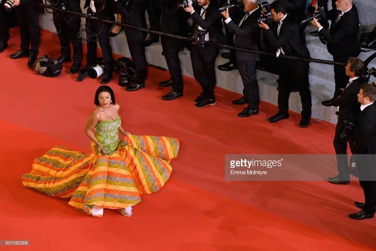"""Thảm đỏ chưa đủ nóng, cho nên cô ấy phải mang chiếc """"mền"""" màu sắc để tạo thêm không khí."""