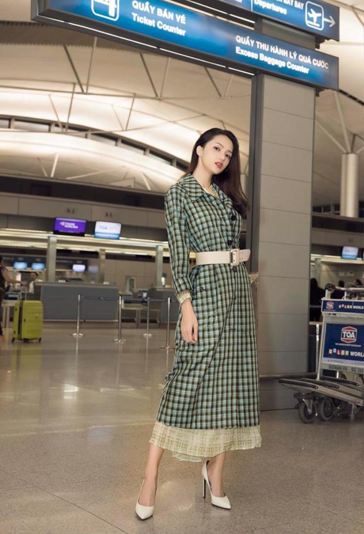 Hương Giang chọn thêm chiếc thắt lưng bản to làm điểm nhấn cho set trang phục. Vòng eo 56 cm của Hoa hậu vì thế lộ rõ hẳn ra.