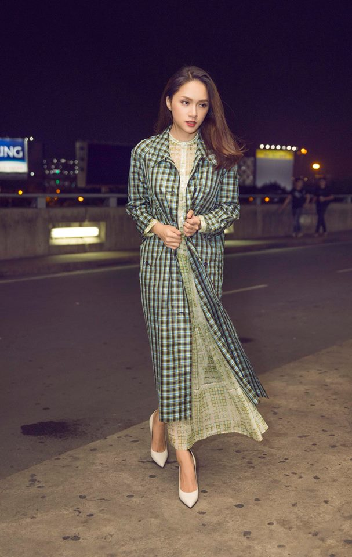 Xuất hiện tại sân bay Tân Sơn Nhất, Hương Giang chọn cho mình phong cách vô cùng giản dị. Một chiếc đầm maxi màu sắc trung tính, kết gợp cùng chiếc áo măng tô sọc ca-rô nhẹ nhàng. Tất cả tạo nên một hình ảnh cô hoa hậu sang trọng, quý phái trong mắt người hâm mộ.