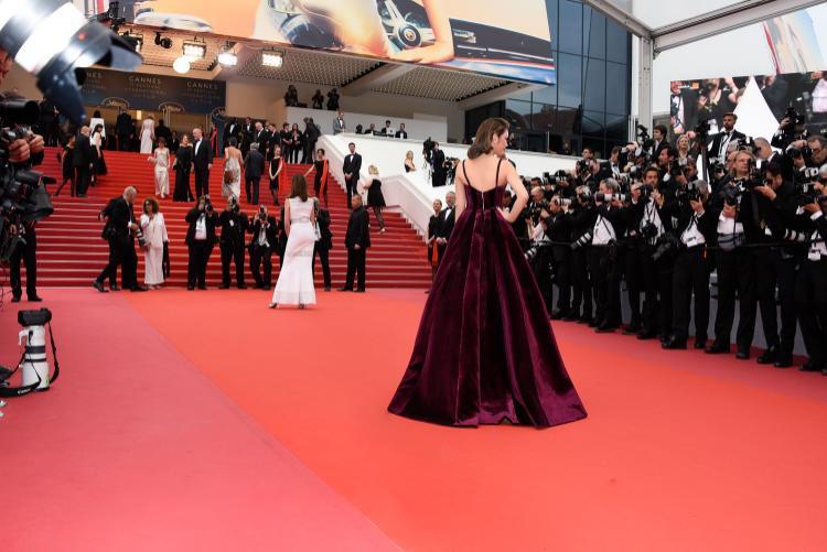 """Tông màu tím đặc trưng giúp Lý Nhã Kỳ trở thành """"Người đàn bà oải hương"""" tỏa sắc trên thảm đỏ."""