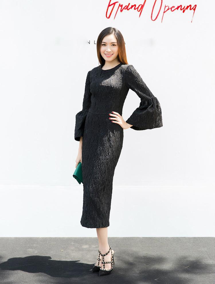 MC Đặng Dương Thanh Thanh Huyền thanh lịch, quý phái nhưng không kém phần trẻ trung trong thiết kế tay chuông kết hợp giày đính đinh tán.