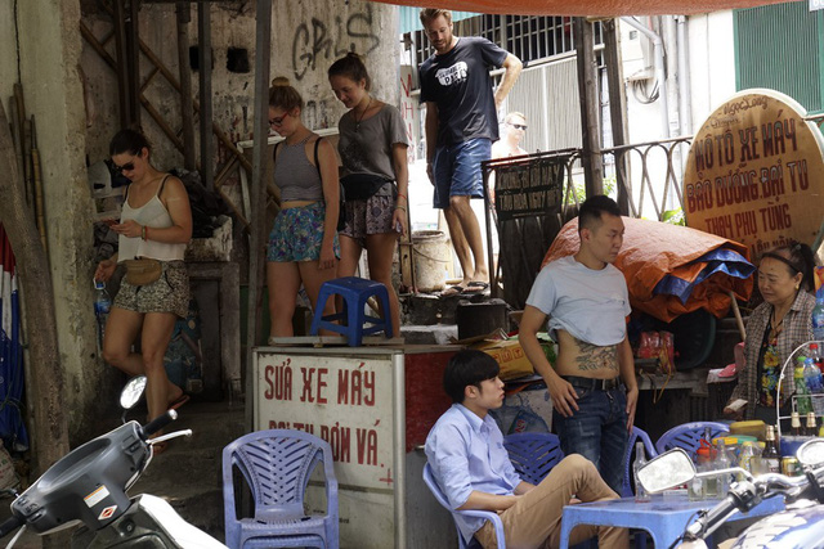 Du khách nước ngoài thường bắt đầu đi vào đoạn đường sắt siêu hẹp ở điểm giao cắt phố Điện Biên Phủ hoặc điểm giao cắt phố Phùng Hưng, và kết thúc hành trình ở đoạn phố Phùng Hưng sau khi đã có trải nghiệm đặc biệt.