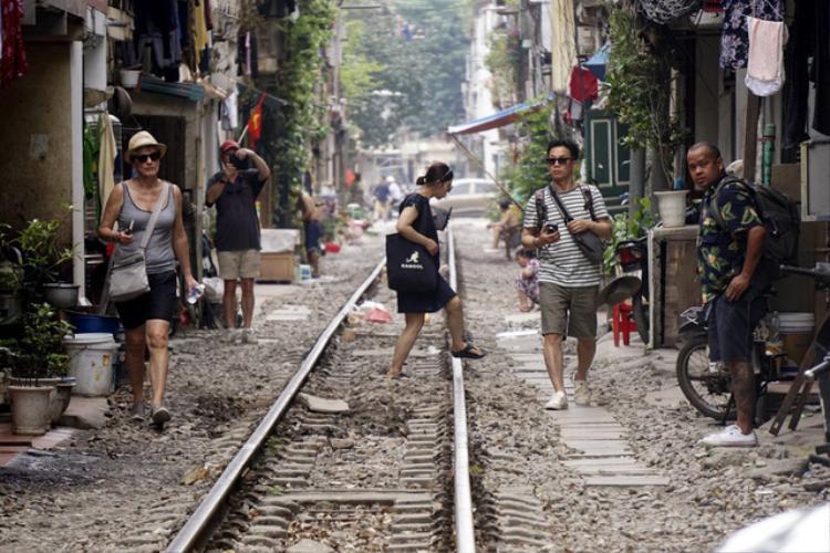 Nhà cửa san sát hai bên, nhiều sinh hoạt thường nhật của người dân cũng đan xen vào hành lang đường sắt, nơi mỗi ngày vẫn có vài chuyến tàu hỏa xuôi ngược.