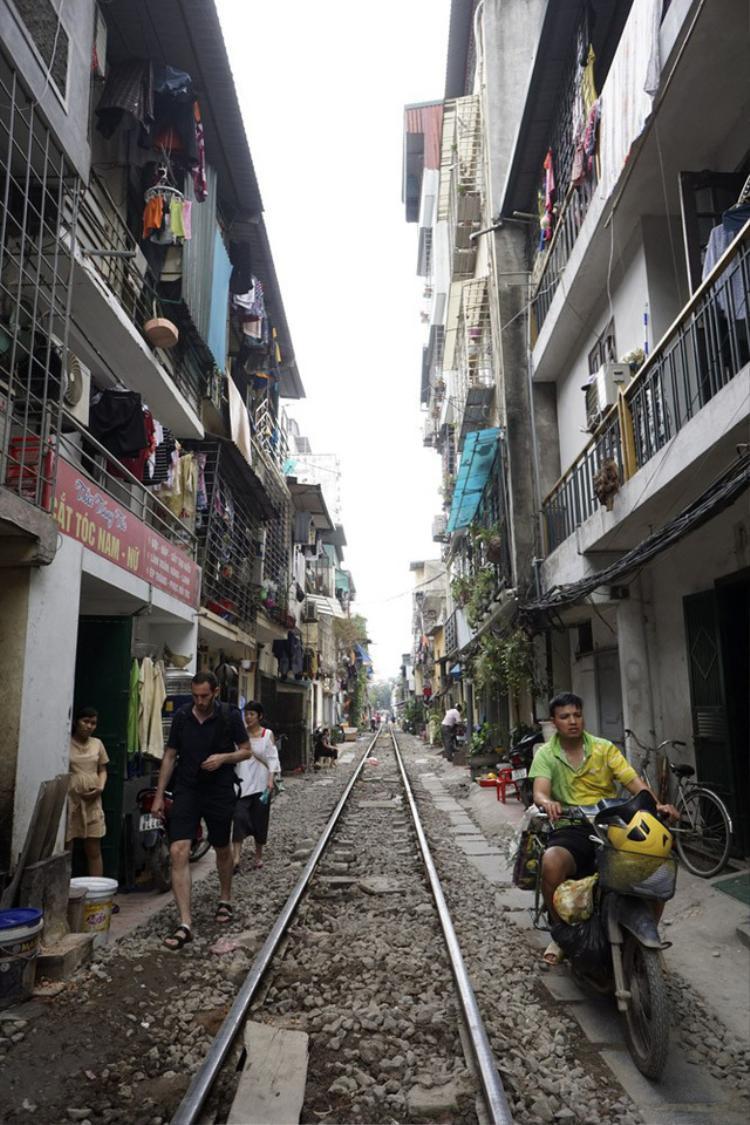 Thời gian gần đây, ngày nào cũng có hàng chục nhóm du khách nước ngoài tới tham quan đoạn đường sắt siêu hẹp. Nhà dân ở đây cách đường ray chỉ khoảng 2 mét. Khi tàu hỏa đi qua, khe hở giữa nhà dân và tàu càng thu hẹp.