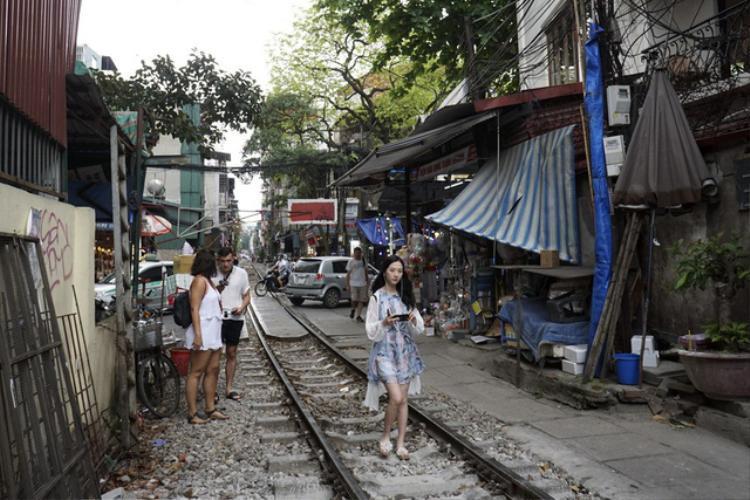 Các hàng quán hai bên đoạn đường sắt đặc biệt này trước đây chỉ phục dân cư và người lao động làm việc ở ga Hàng Cỏ và chợ Hàng Da, nay lại có thêm những vị khách nước ngoài.