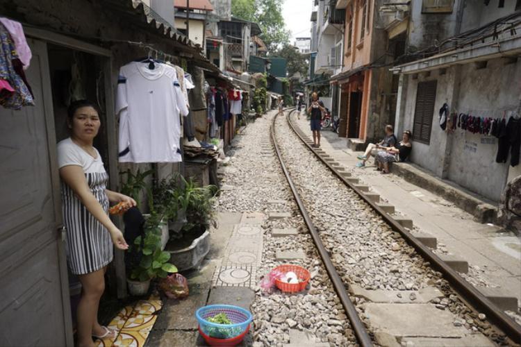 Nằm trên tuyến đường sắt Hà Nội - Lào Cai, mỗi ngày có 4 chuyến tàu qua lại đoạn đường sắt siêu hẹp này. Tàu chạy vào buổi đêm và rạng sáng nên thời gian ban ngày, nơi đây vắng vẻ.