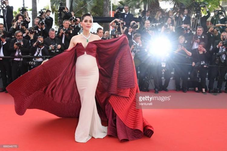 Năm ngoái, Chompoo vác bụng bầu đi thảm đỏ Cannes.