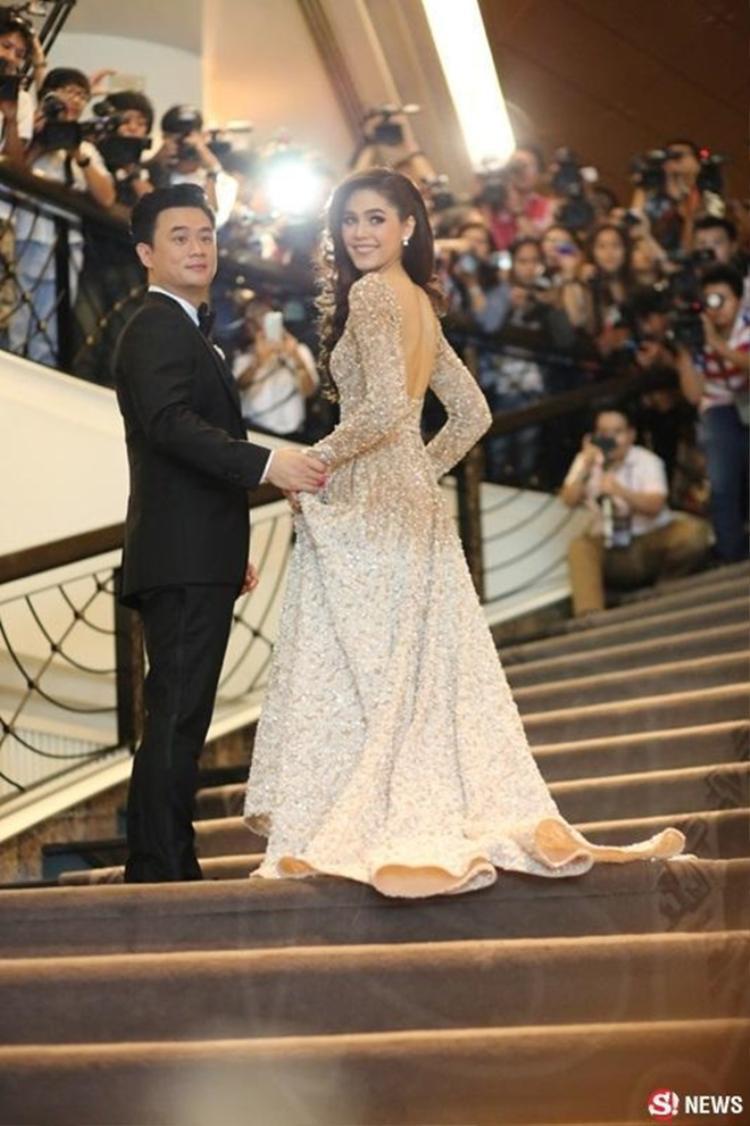 Chompoo Araya kỷ niệm ngày cưới một mình ở Cannes, chồng tỷ phú nói 1 câu khiến cả Thái Lan phát ghen