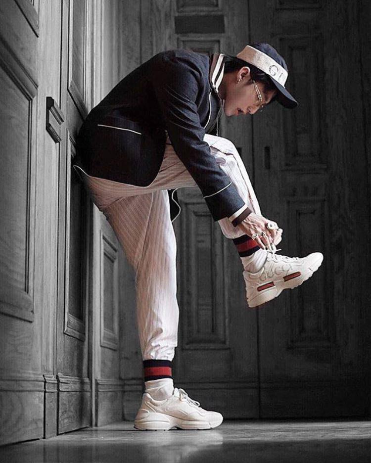 """Trong bộ ảnh gần đây, Sơn Tùng tiếp tục khiến fan """"đứng ngồi không yên"""" khi khoe bộ cánh cực chất theo phong cách old school. Nổi bật trong đó là đôi ugly shoes của Gucci và chiếc nón lưỡi traibaseball có mức giá đắt đỏ."""