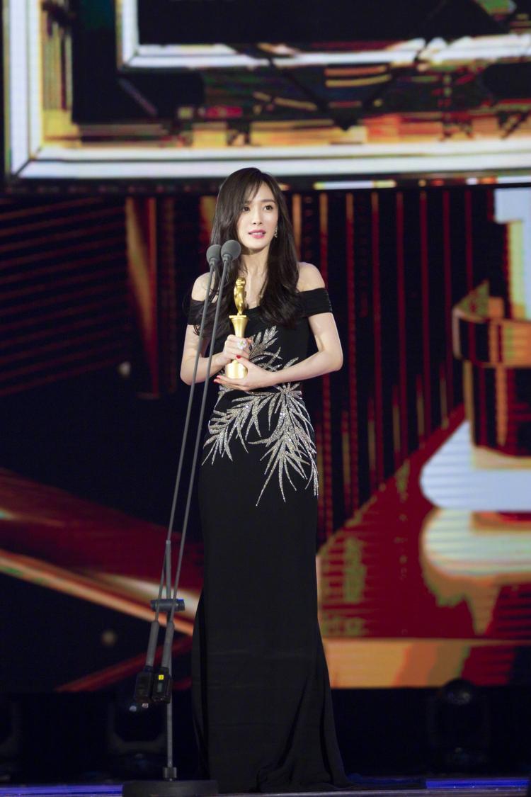 """Và được trao giải """"Nữ diễn viên được yêu thích nhất"""" tại Liên hoan phim sinh viên Bắc Kinh 2018"""