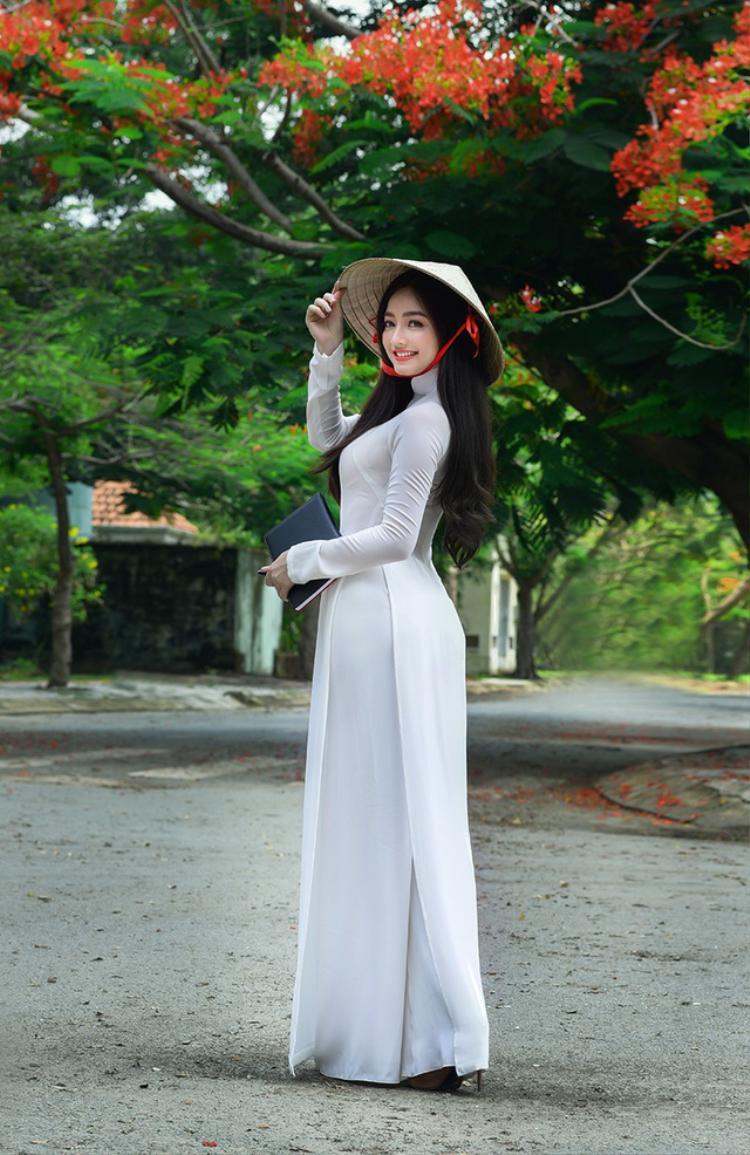 Bộ ảnh chụp với hoa phượng vĩ mùa hè là ý tưởng của Quỳnh Trâm cùng với nhiếp ảnh Hoàng Minh Hóa.