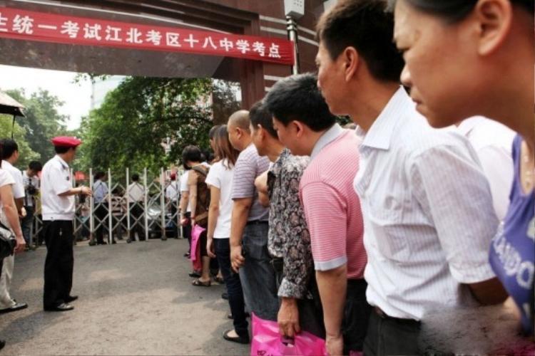 Phu huynh xếp hàng dài chờ đợi ngoài trường thi (ảnh: New.cn)