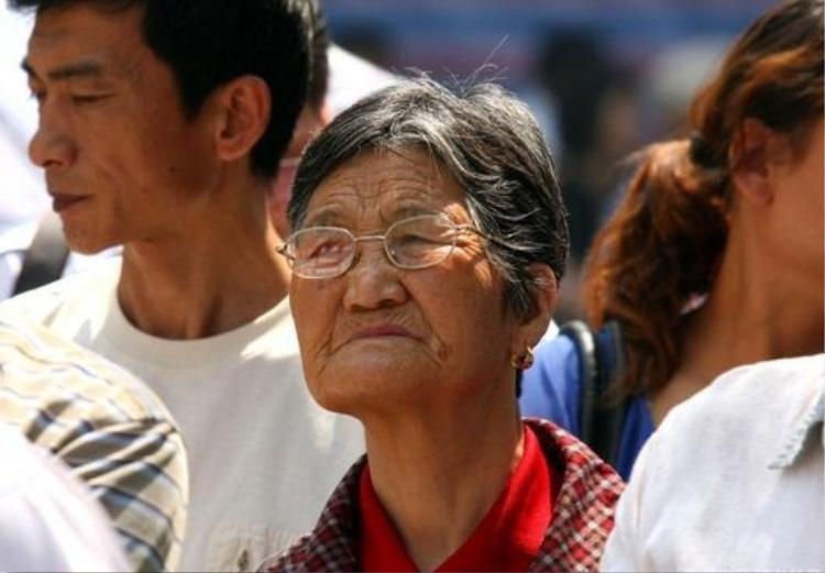 Một phụ huynh lớn tuổi cũng cố đi theo để tiếp sức cho con cháu (ảnh: new.cn)