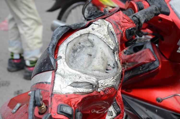 Nhiều xe máy của kỹ sư và công nhân xây dựng bị lửa bén cháy.