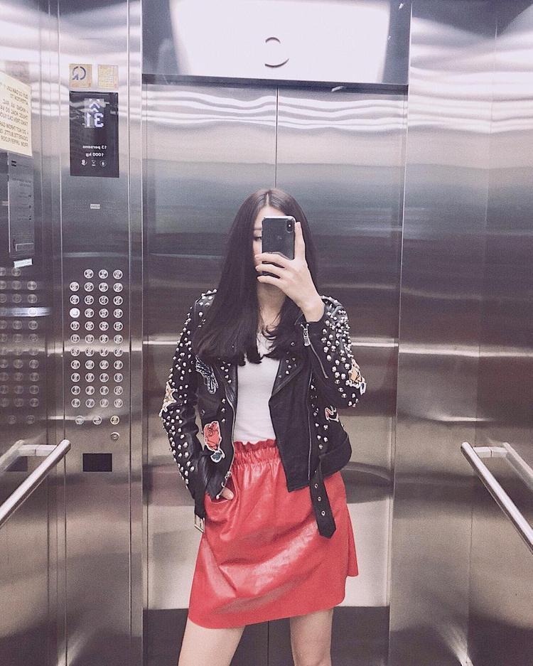 Mỹ Duyên The Face kết hợp chân váy da bóng đỏ rực rỡ cùng áo khoác đính đinh tán. Trái ngược với khuôn mặt đẹp chuẩn hoa hậu, cô nàng sở hữu gu ăn mặc cá tính, được nhiều fan hâm mộ yêu thích.