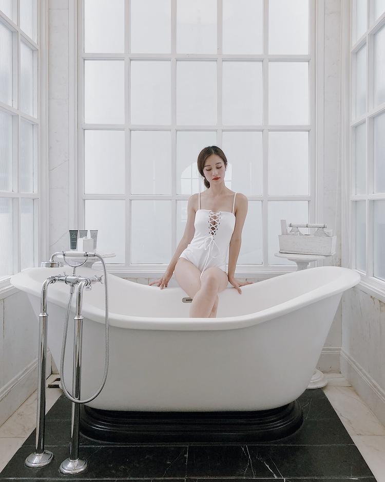 Jun Vũ đẹp mặn mà với áo tắm đan dây trước ngực. Gam màu trắng cũng khiến nữ diễn viên toát lên vẻ thanh nhã, trong sáng.