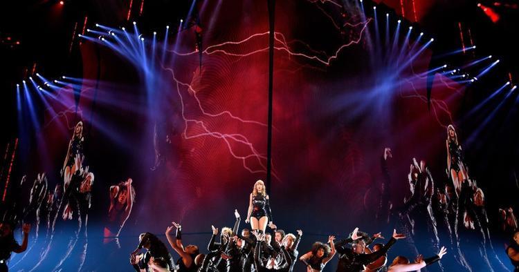 """Sân khấu đầy quyền lực, gây """"áp chế"""" người xem của """"xà nữ"""""""