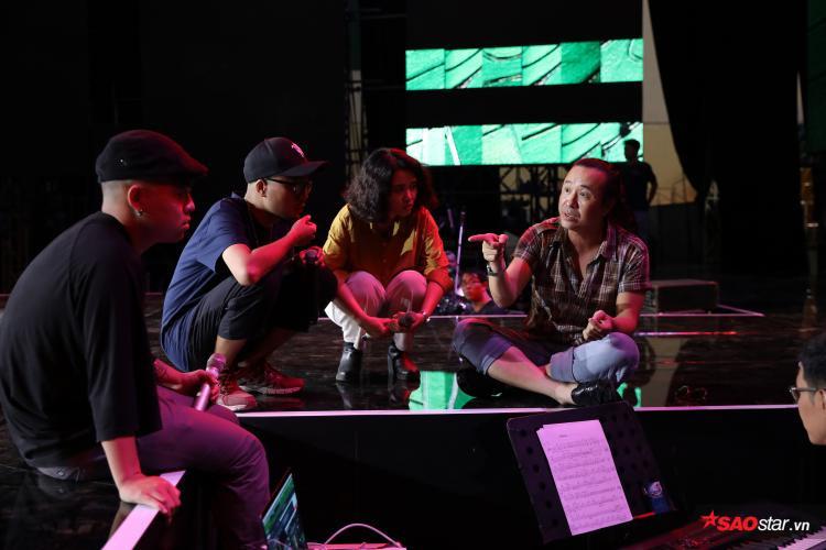 Nhóm cùng HLV Lê Minh Sơn trao đổi, thống nhất bài phối cùng Giám đốc âm nhạc - nhạc sĩ Hoài Sa.