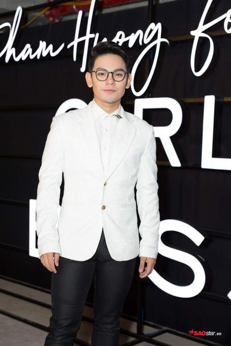 Sơn Ngọc Minh hóa quý ngài lịch lãm cùng vest trắng.