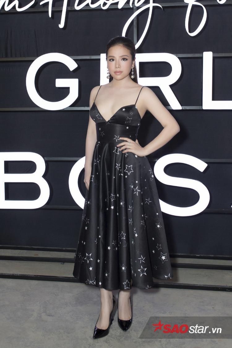 """Học trò Quang Lê - """"Đoá hồng Bolero"""" Thuý Anh diện thiết kế hai dây gợi cảm, hình ảnh khá khác với phong cách thường thấy ở cô."""