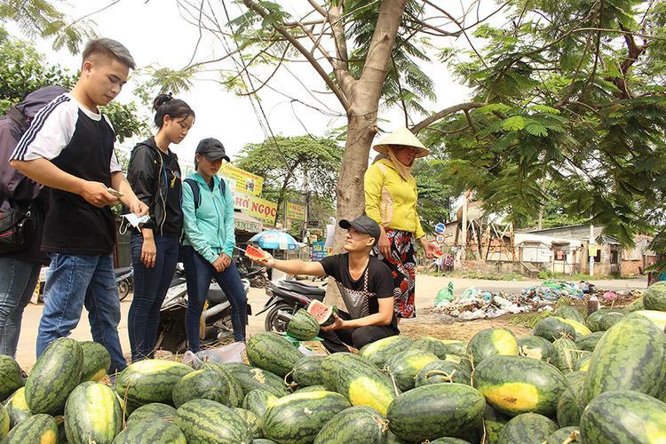 Các bạn sinh viên hào hứng mua dưa ủng hộ người dân Quảng Ngãi.