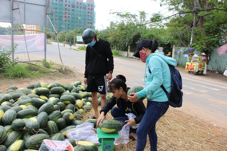 Dù trời rất nóng nhưng các bạn sinh viên vẫn không ngại nắng đứng giữa trời bán dưa cho khách.