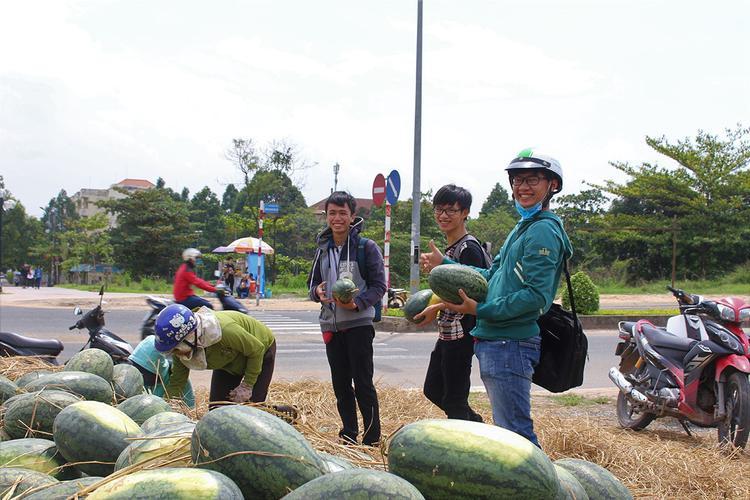 Nhóm bạn tỏ ra vui vẻ khi vừa mua được những trái dưa ưng ý, vừa giúp được người dân Quảng Ngãi