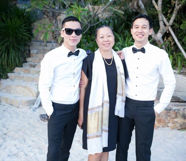 Chấp nhận con chính là những gì mà mẹ Nguyên Hợi dành cho Sơn Đoàn và Adrian Anh Tuấn.