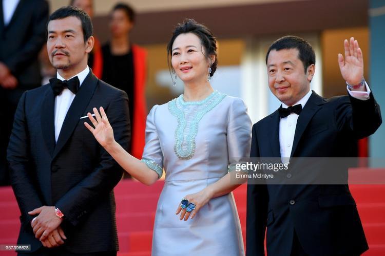 Triệu Đào đứng giữa đạo diễn Lê Quốc Vinh và nam diễn viênLiêu Phàm.