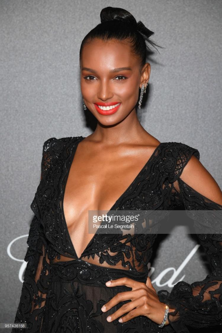 Jasmine Tookes mặc váy xẻ ngực táo bạo.