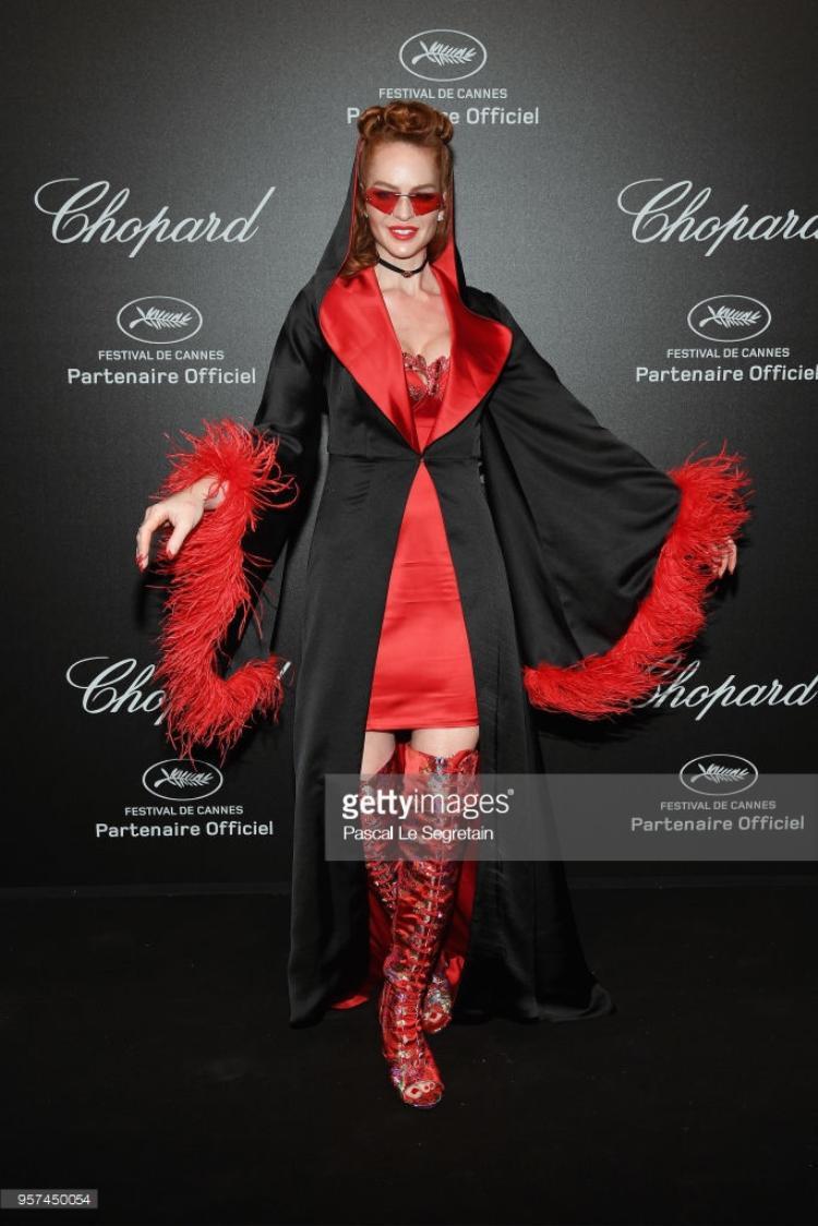 """Sau khi mặc đồ ngủ trên thảm đỏ, bất chấp nhận xét tiêu cực Crazy Rouge tiếp tục ăn diện phong cách thời trang """"dị""""."""