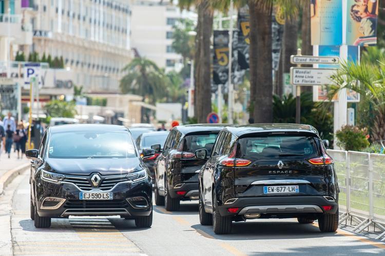 Hàng dài xe Renault Espace và Renault Talisman đang chờ đợi để đưa rước những ngôi sao nổi tiếng.